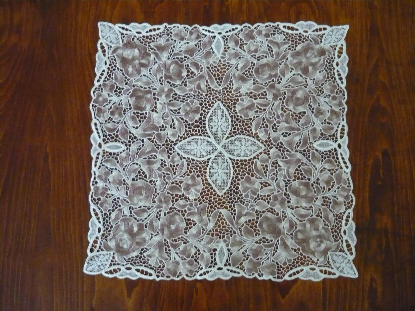 Riselt asztalközép kalocsai mintával 45 x 45 cm