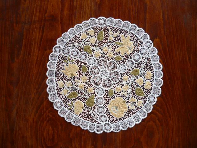Riselt terítő kalocsai mintával pasztell színben 35 cm kör