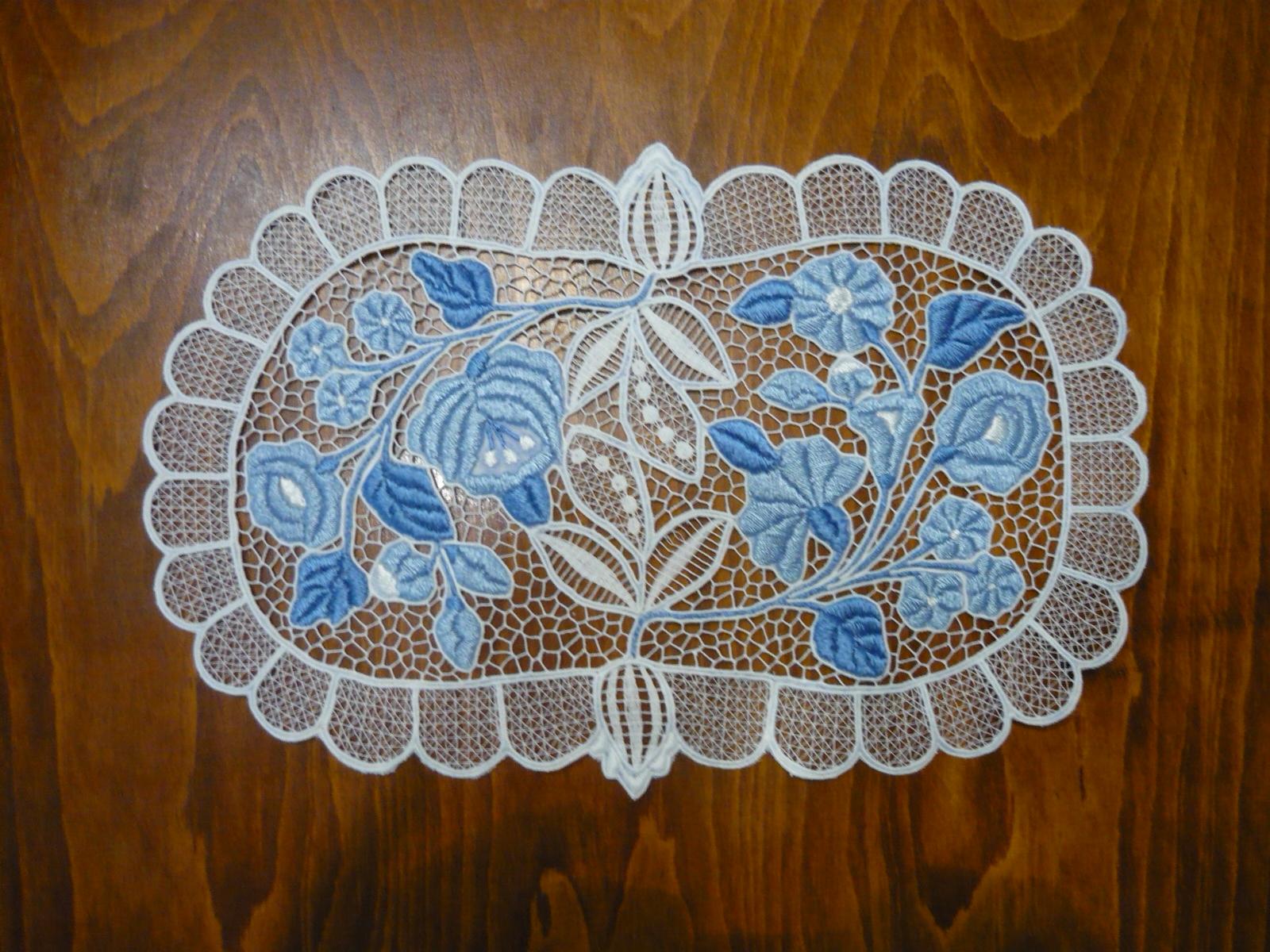 Riselt terítő kék hímzéssel 40 x 25 cm