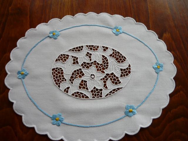 Hímzett riseliős terítő 40 x 30 cm ovál