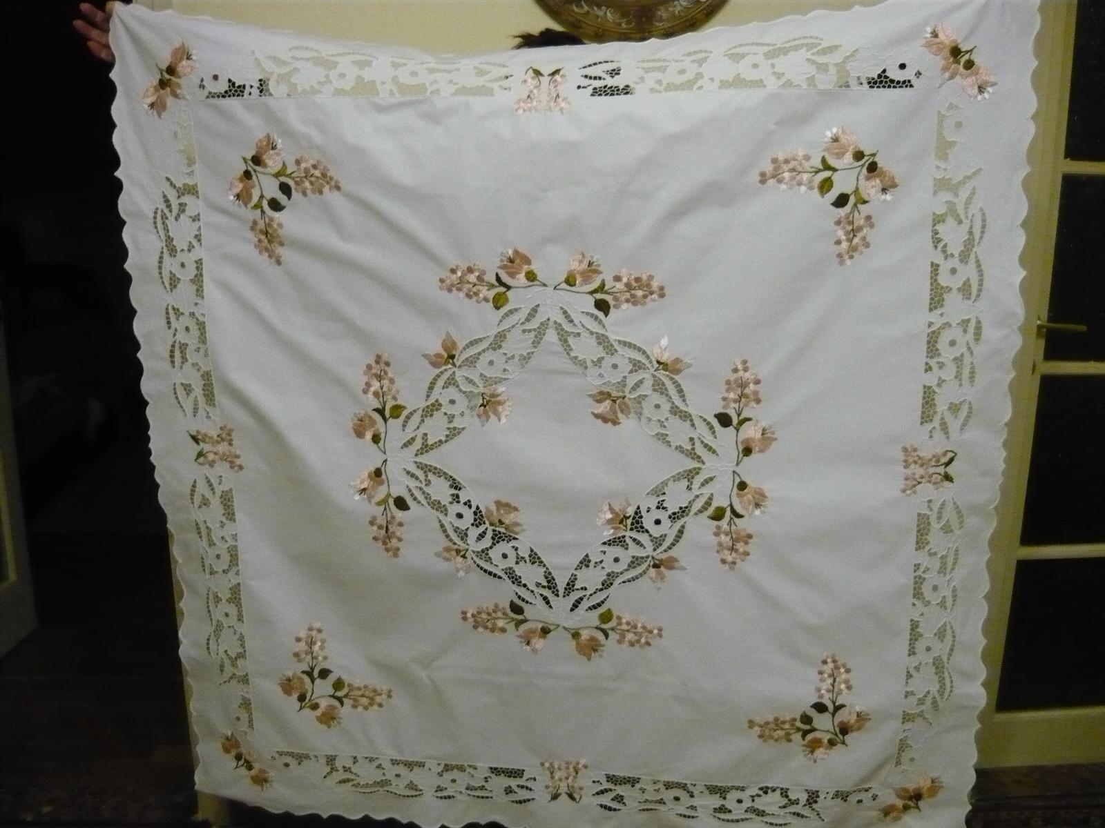 Riselt asztalterítő pasztell színben 120 x 120 cm