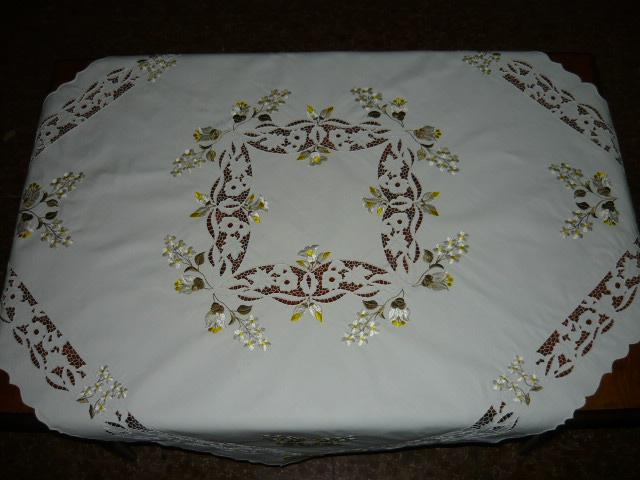 Riselt asztalterítő tört fehér hímzéssel 120 x 120 cm